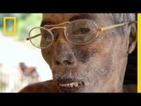 ประเพณีสยองในหมู่บ้านอินโดนีเซีย อยู่กับคนตายจนกว่าจะตัดใจได้ เอาศพมาตั้งในบ้านนี่แหละไม่ต้องใส่โลงด