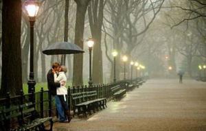 โรแมนติกสุดๆ คู่รัก ขอแต่งงานกลางสายฝน