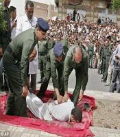 เผยภาพการประหารชีวิตนักโทษข่มขืนเด็กผู้ชายในเยเมน ต่อหน้าฝูงชนนับร้อย