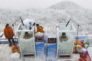 สุดอึด จีนจัดแข่ง แก้ผ้า แช่ถังน้ำแข็ง ท้าความหนาว