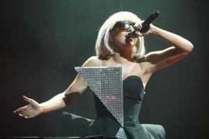 รวมชุดสุดล้ำ Lady Gaga บนเวที คอนเสริต์ทัวร์ยุโรปในกรุงปารีส