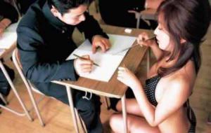 ครูสาวใช้แปรงลบกระดานถู จู๋