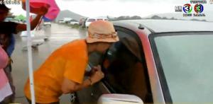 ทุบกระจกช่วยหนูน้อย 2 ขวบ ติดอยู่ในรถ หลังไปโดนปุ่มล็อกอัตโนมัติ