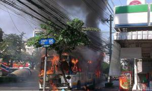 ด่วน! ไฟไหม้รถเมล์สาย 126 เพลิงลุกท่วมคัน
